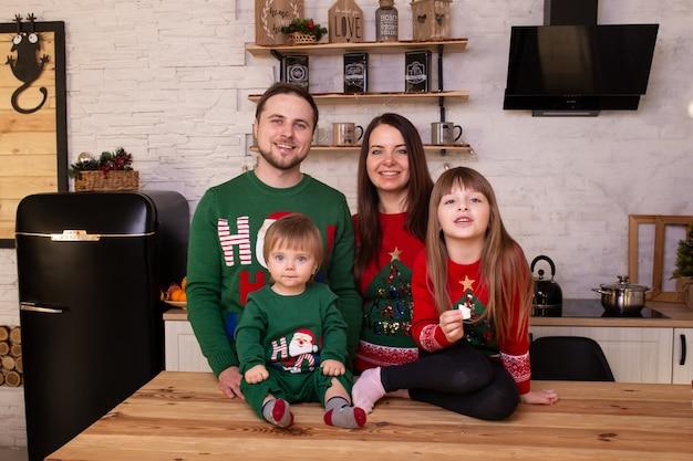 Les parents et leurs enfants attendent le nouvel an à la maison
