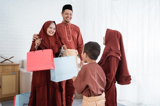 Les parents offrent des cadeaux à leurs enfants