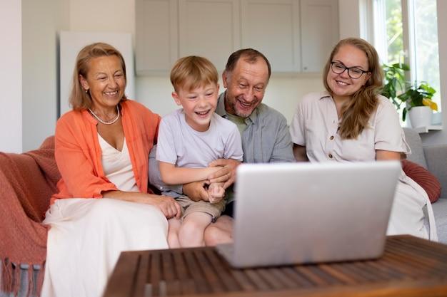 Les parents passent du temps avec leur fille et leur petit-fils à la maison