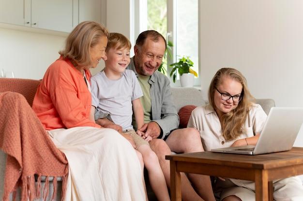 Les parents passent du temps avec leur fille et leur petit-fils
