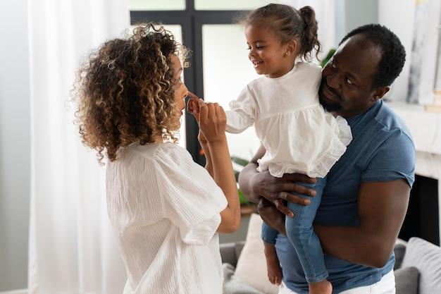 Les parents passent du temps avec leur fille à la maison