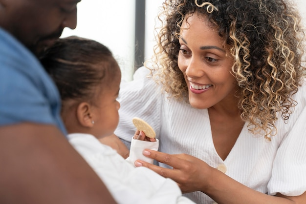 Les parents passent du temps avec leur fille