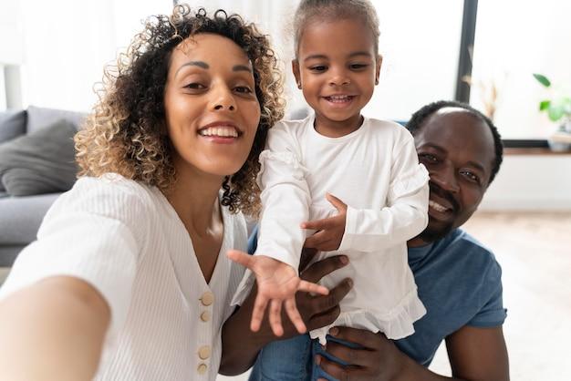 Les parents passent du temps avec leur petite fille