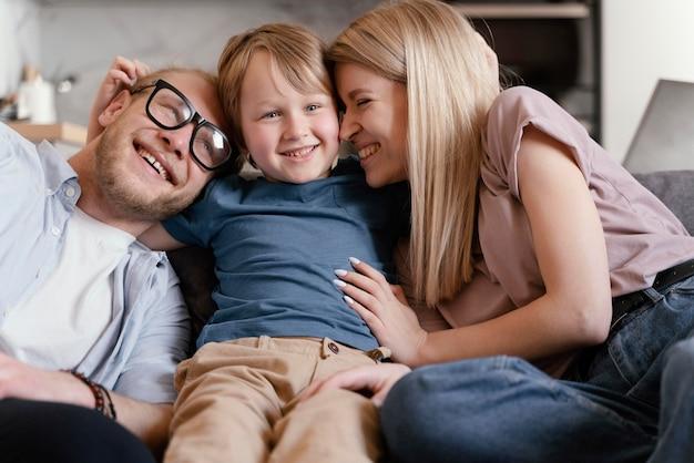 Parents de plan moyen assis avec enfant