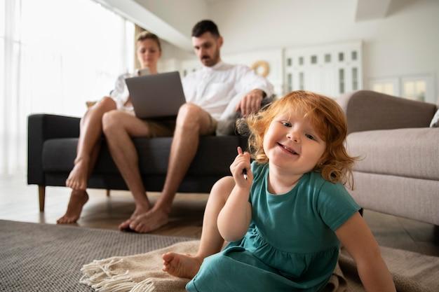 Parents de plan moyen et enfant souriant