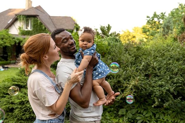 Parents de plan moyen tenant le bébé