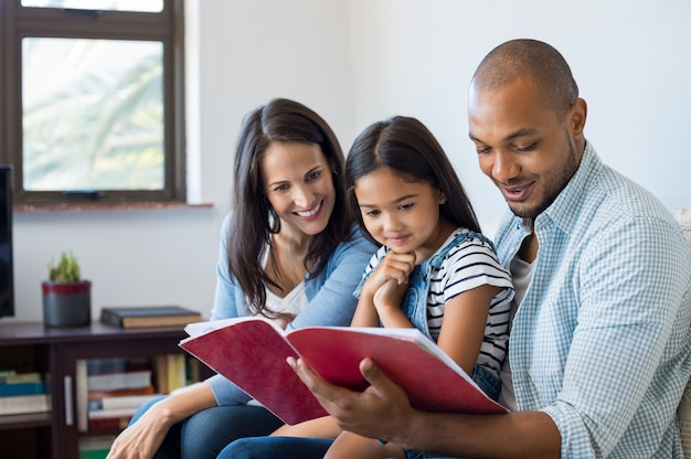 Parents, regarder, fille, exercice, livre