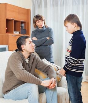 Parents réprimandant son fils adolescent