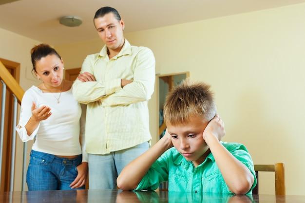 Les parents réprimandent son enfant adolescent