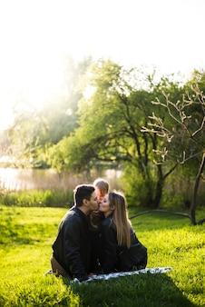 Parents s'embrassant dans un parc