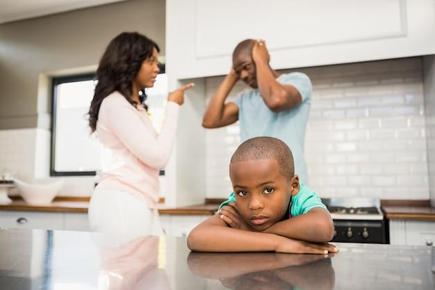 Parents se disputant devant son fils