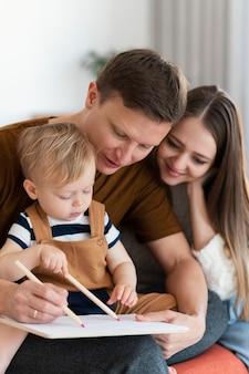 Parents de tir moyen et enfant en bas âge mignon