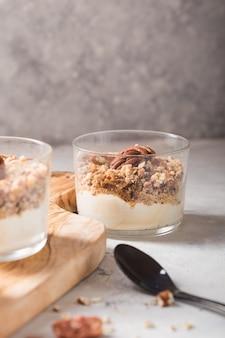 Parfait délicieux yogourt naturel au caramel, noix de pécan sur fond de conctere