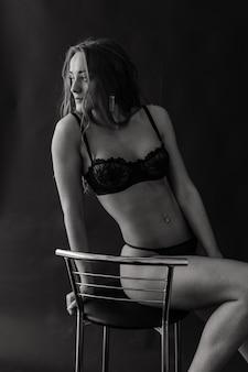 Parfaite jeune femme de beauté en lingerie et bas noirs séduisants, prise de vue en studio