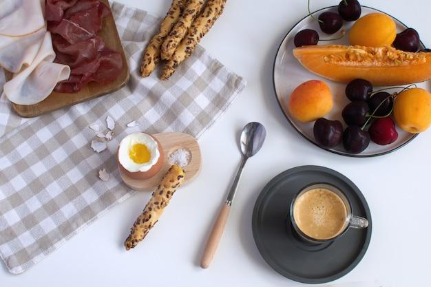 Parfaitement servi petit déjeuner oeuf à la coque dans un coquetier en bois