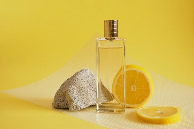 Parfum d'agrumes, concept de parfum au parfum de citron, fragment de bloc de béton