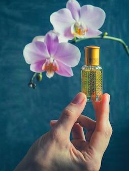 Parfum arabe oud attar ou parfums d'huile de bois d'agar en mini bouteille.