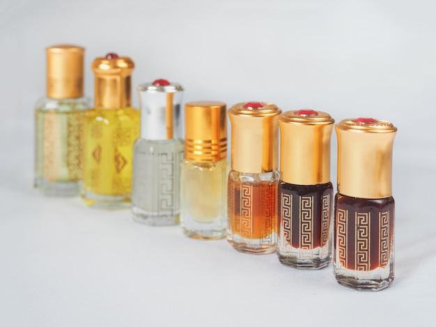Parfum arabe oud attar ou parfums d'huile de bois d'agar en mini flacons.