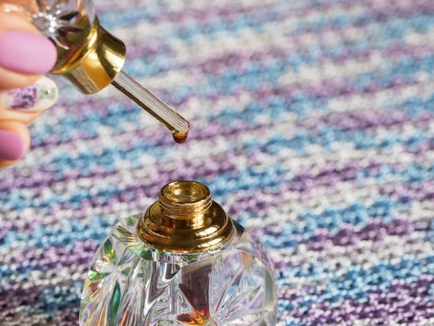 Parfum attar ou parfums d'huile de bois d'agar dans une bouteille en cristal.