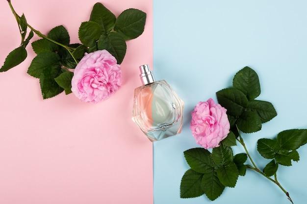 Parfum au parfum de rose, odeur de femme savoureuse à la mode à plat.
