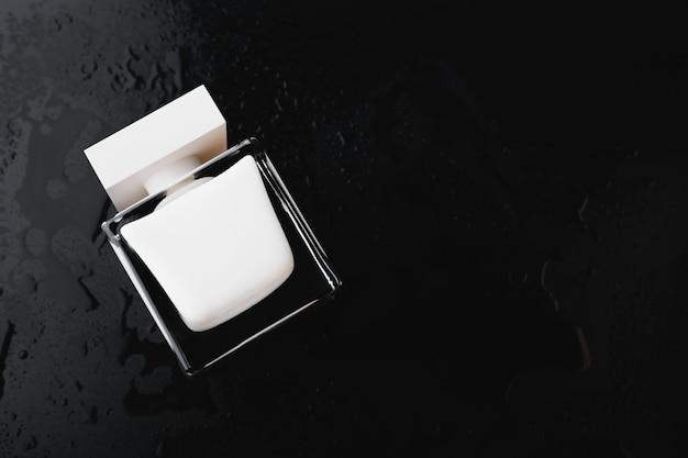 Parfum blanc sur fond noir