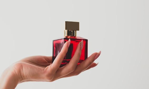 Parfum dans la main d'une femme