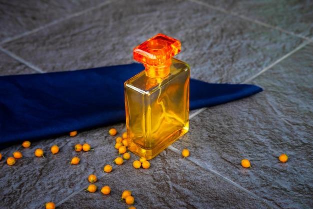 Parfum doré et flacons de parfum