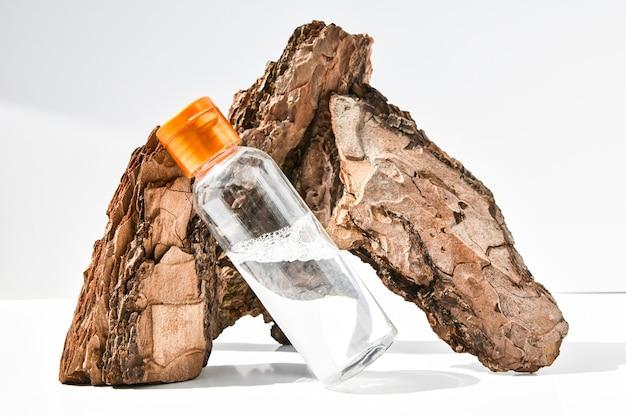 Parfum en écorce d'arbre avec des gouttes d'eau. texture. concept de fraîcheur et de naturel.