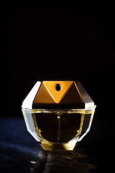 Parfum élégant jaune féminin om doré