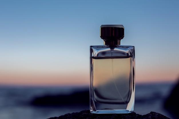 Parfum féminin sur fond de coucher de soleil