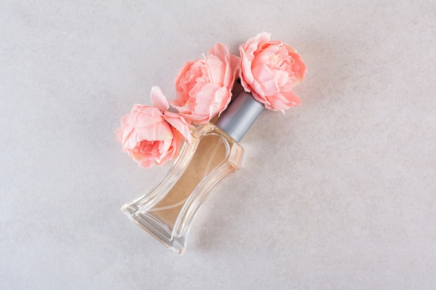 Parfum de femme douce avec des fleurs sur la crème.