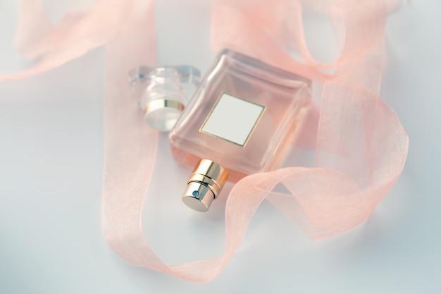 Parfum femme et rubans roses
