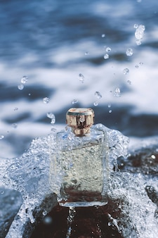 Parfum femme sur la vague de la mer