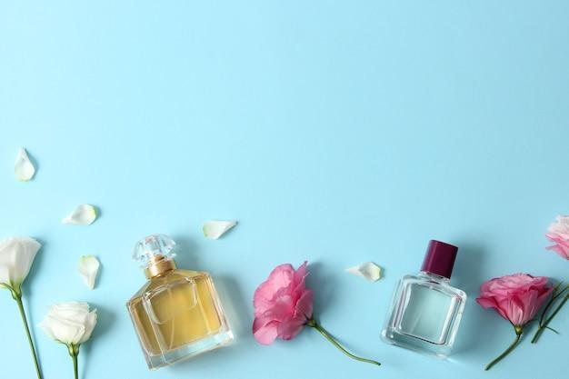 Parfum et fleurs sur fond coloré