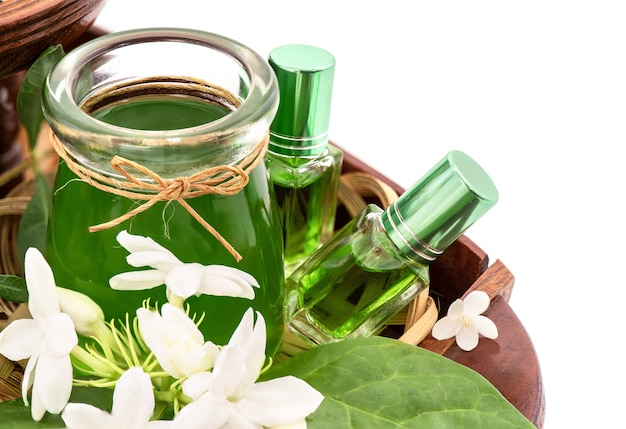 Parfum de fleurs parfumées telles que la fleur d'ylang-ylang, la rose, le jasmin et les feuilles vertes de pandanus isolées.