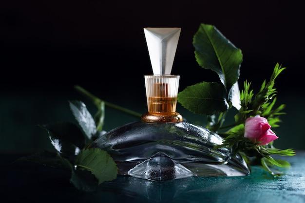 Parfum et fleurs pour femmes sur fond sombre