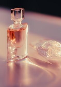 Parfum floral dans la parfumerie légère du matin rose comme produit de beauté et cosmétique de luxe