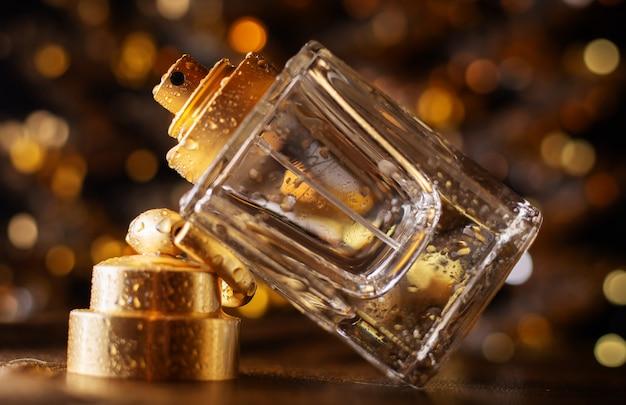 Parfum sur un fond de lumières bokeh dorées.