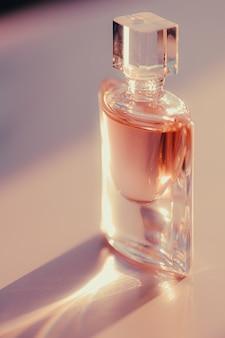 Parfum frais à la parfumerie au coucher du soleil comme produit de beauté et cosmétique de luxe