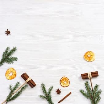 Parfum d'hiver ou de noël, épices, cannelle, tranches d'orange sèches, étoile d'anis, branches de pin