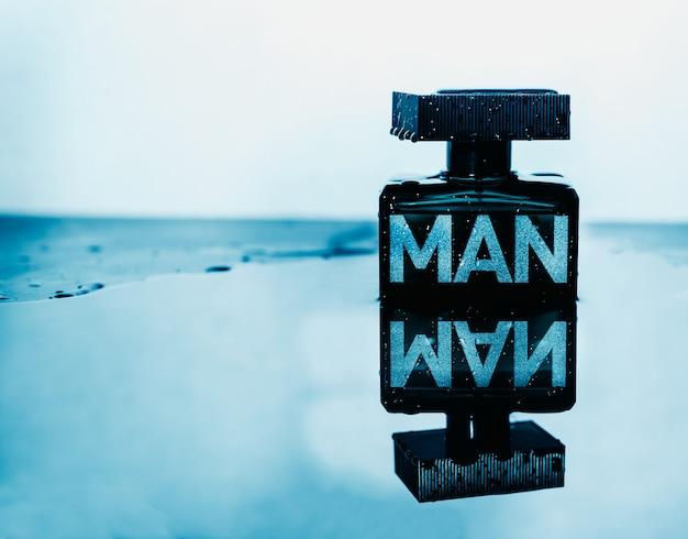 Parfum homme avec des éclaboussures d'eau et de réflexion