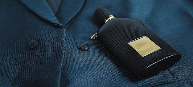 Parfum homme sur fond de costume bleu