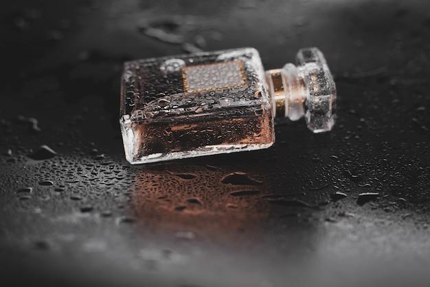 Parfum humide sur fond sombre