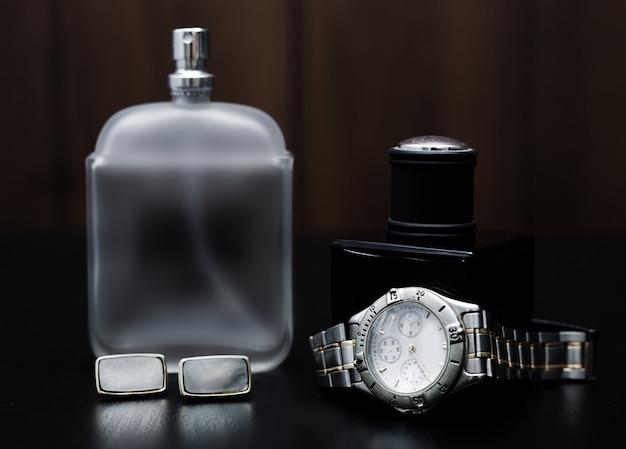 Parfum masculin et montres sur un bois. accessoires pour hommes