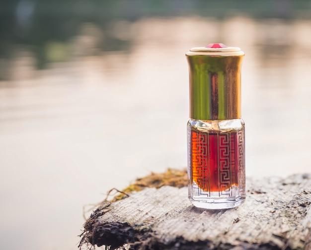 Parfum en mini bouteille sur bois