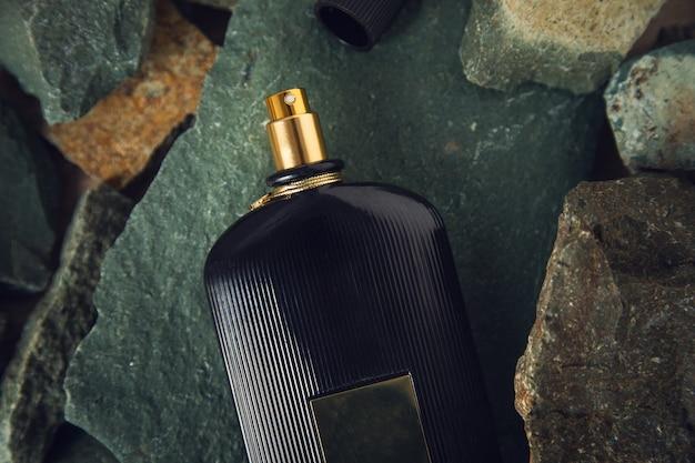 Parfum noir sur les pierres de couleur