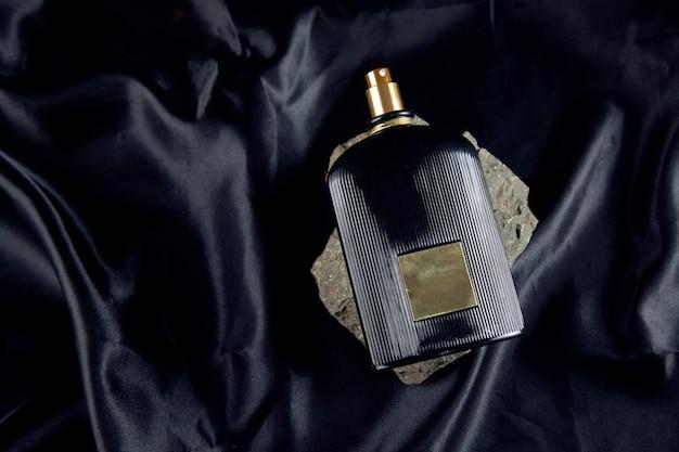 Parfum sur pierre sur le noir