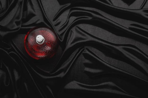Parfum rouge sur fond noir