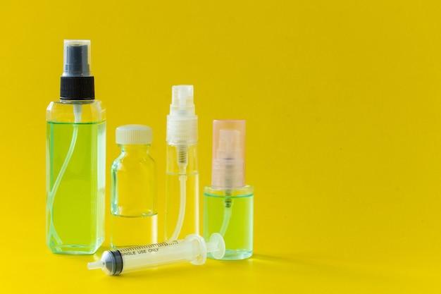 Parfum, seringues et équipement de fabrication de parfum isolés sur fond jaune.