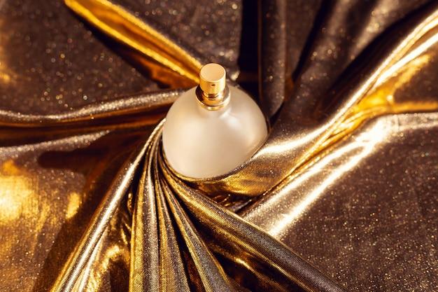 Parfum Sur Une Soie Dorée Photo Premium